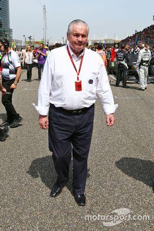 Alan Jones, FIA Steward on the grid