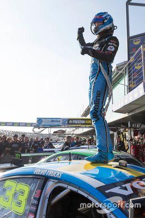 1. Scott McLaughlin, Garry Rogers Motorsport, Volvo, im Parc Fermé