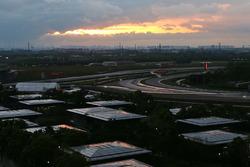 Le soleil se lève sur le circuit