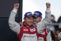 Racewinnaar Benoit Treluyer, #07 Audi Sport Team Joest Audi R18 viert feest op het podium