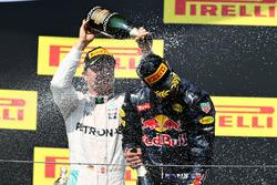 Podium : le deuxième, Nico Rosberg, Mercedes AMG F1 Team et le troisième, Daniel Ricciardo, Red Bull Racing fêtent leur podium avec du champagne