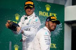 Podium : le vainqueur Nico Rosberg, Mercedes AMG F1 Team, le deuxième, Lewis Hamilton, Mercedes AMG F1 Team sabrent le champagne