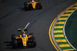 Jolyon Palmer, Renault Sport F1 Team R.S.16 devant son équipier Kevin Magnussen, Renault Sport F1 Team R.S.16