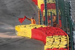 Красный флаг на трассе в Спа