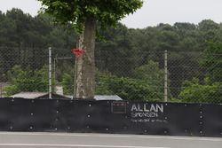 Erinnerung an Allan Simonsen an der Unfallstelle Tertre Rouge