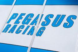 Fahrerlagerbereich Team Pegasus Racing und Logo