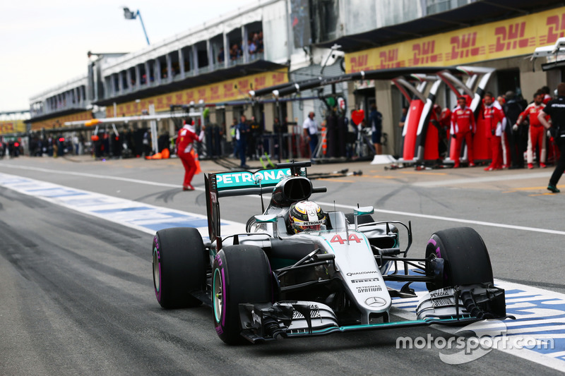 Nico Rosberg, Mercedes AMG F1 W07 Hybrid y su compañero de equipo Lewis Hamilton, Mercedes AMG F1 W07 Hybrid en pits