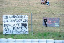 aficionados con bandera de Luis Salom