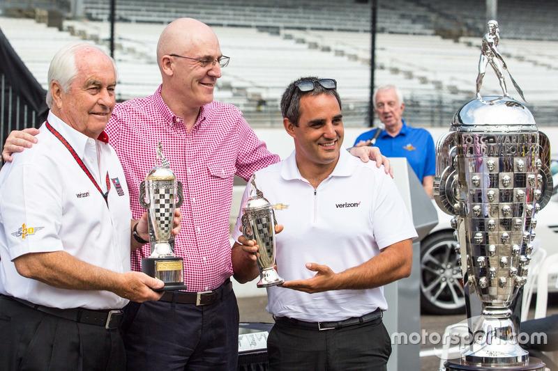 """胡安·帕布罗·蒙托亚(右一)和Penske车队""""传奇老板""""罗杰·潘世奇(左一)"""