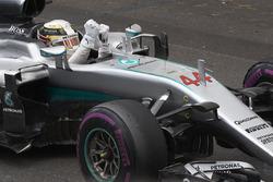 Le vainqueur Lewis Hamilton, Mercedes AMG F1 W07 Hybrid fête la victoire dans le parc fermé