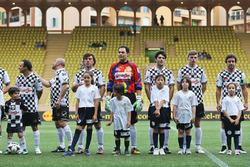 Les joueurs d'un match de football caritatif