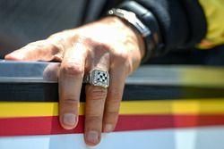 Indy-500-Siegerring am Finger von Helio Castroneves