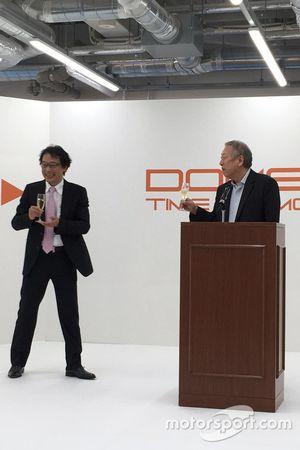 新社屋竣工式典で挨拶した高橋拓也社長(左)と創業者の林みのる(右)
