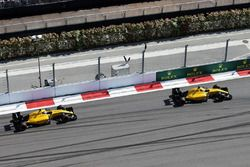Kevin Magnussen, Renault Sport F1 Team R.S.16 devant son équipier Jolyon Palmer, Renault Sport F1 Team R.S.16