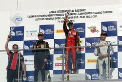 Podium carrera 2: ganador Raúl Guzmán Marchina, DR Formula, segundo, Ye Yifei, Mücke Motorsport, ter
