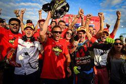 Tim Gajser merayakan gelar juara dunia