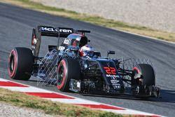 Jenson Button, McLaren MP4-31 unterwegs mit Sensoren am Auto