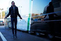 Meindert van Buuren, Status Grand Prix, warms up behind the garage