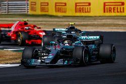 Lewis Hamilton, Mercedes AMG F1 W09, lidera a Valtteri Bottas, Mercedes AMG F1 W09 y a Kimi Raikkonen, Ferrari SF71H