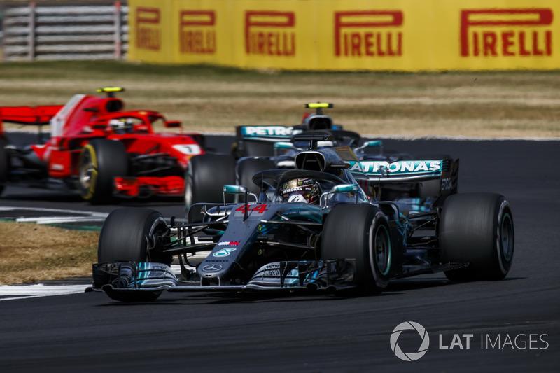 Lewis Hamilton, Mercedes AMG F1 W09, Valtteri Bottas, Mercedes AMG F1 W09, y Kimi Raikkonen, Ferrari SF71H