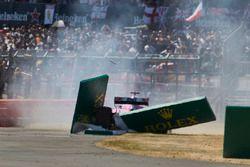 Sergio Perez, Force India VJM11, hace un trompo y se estrella a través de un letrero al comienzo