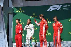 Claudio Albertini, ingegnere Ferrari, Lewis Hamilton, Mercedes-AMG F1, Sebastian Vettel, Ferrari e Kimi Raikkonen, Ferrari, festeggiano sul podio