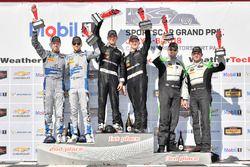 #33 Riley Motorsports Mercedes AMG GT3, GTD: Jeroen Bleekemolen, Ben Keating festeggiano la vittoria sul podio nella Victory Lane con #14 3GT Racing Lexus RCF GT3, GTD: Dominik Baumann, Kyle Marcelli, #44 Magnus Racing Audi R8 LMS GT3, GTD: John Potter, Andy Lally