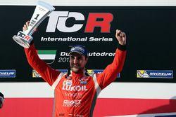 Подиум: победитель Пепе Ориола, Lukoil Craft-Bamboo Racing