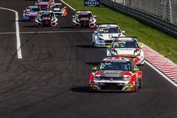 Rob Huff, Sébastien Loeb Racing Volkswagen Golf GTI TCR leads