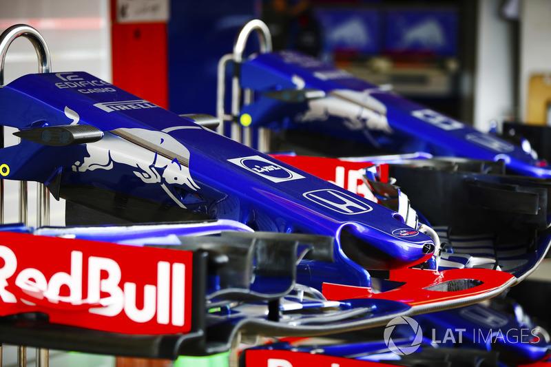 Alas delanteras y conos de nariz pertenecientes a los autos Toro Rosso STR13