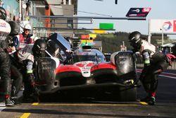 #7 Toyota Gazoo Racing Toyota TS050: Mike Conway, Jose Maria Lopez, Kamui Kobayashi, in de pits