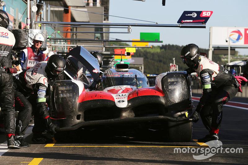 #7 Toyota Gazoo Racing Toyota TS050: Mike Conway, José María López, Kamui Kobayashi, en pits