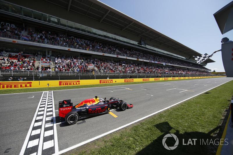 Max Verstappen, Red Bull Racing RB12 TAG Heuer krijgt de vlag