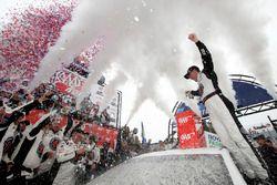 Победитель гонки Кевин Харвик, Stewart-Haas Racing, Ford
