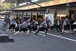 Esercizi di riscaldamento dei meccanici Haas F1
