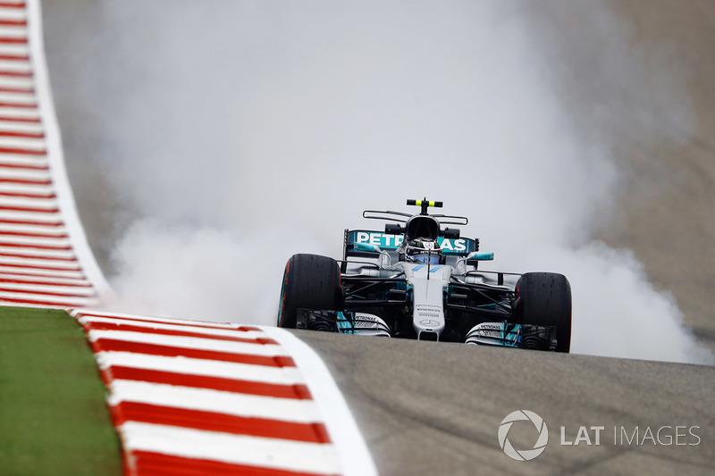 Valtteri Bottas, Mercedes AMG F1 W08, locks his brakes