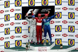 Podium: le deuxième Kimi Raikkonen, McLaren, le vainqueur Michael Schumacher, Ferrari, le troisième Heinz-Harald Frentzen, Sauber