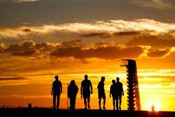 Il team Wiliiams cammina lungo la pista al tramonto