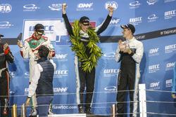 Podio: Campeón del mundo Thed Björk, Polestar Cyan Racing, Volvo S60 Polestar TC1, Esteban Guerrieri