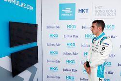 Sébastien Buemi, Renault e.Dams, kijkt tijdens de kwalificatie naar het scherm