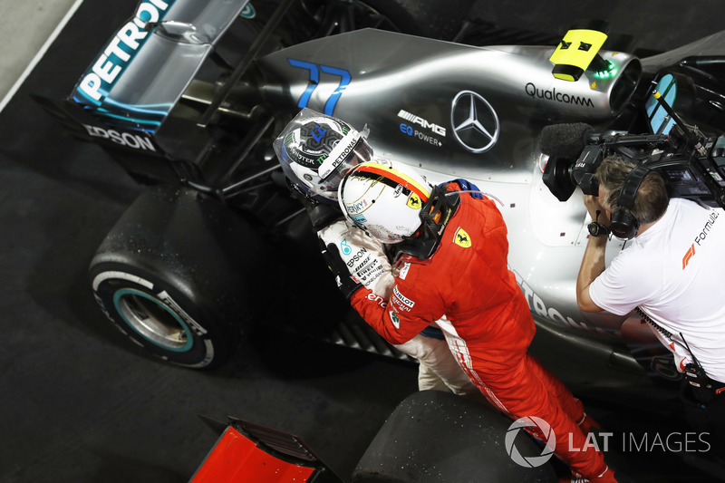 Valtteri Bottas, Mercedes AMG F1, 2° classificato, si congratula con Sebastian Vettel, Ferrari, 1° classificato, nel parco chiuso