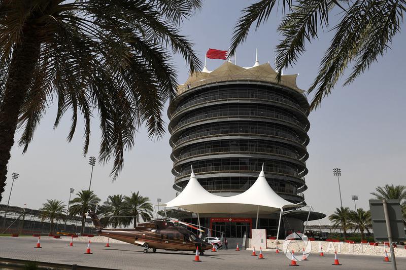 Menara Sakhir Tower dan helikopter