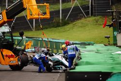 Marshals recover the crashed car of Lewis Hamilton, Mercedes AMG F1 W08