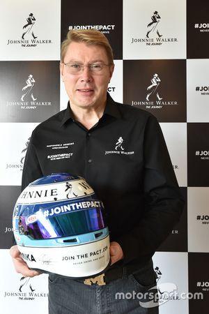 Mika Hakkinen con su casco
