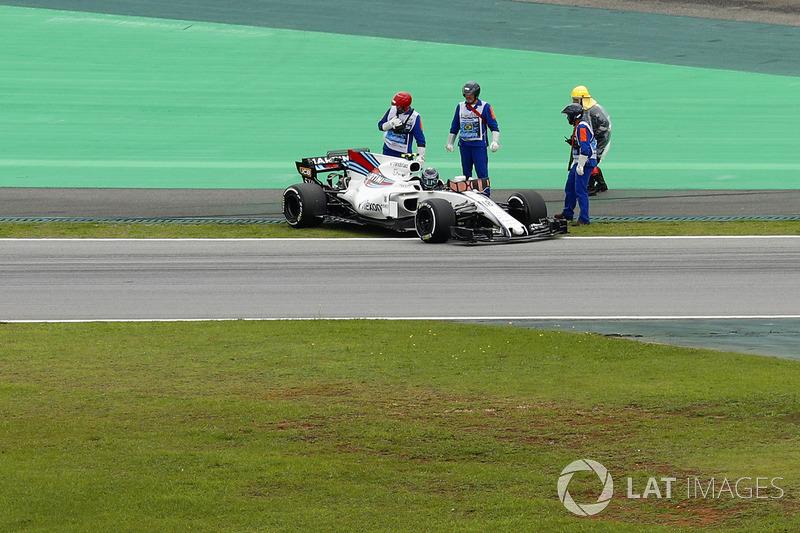 Lance Stroll, Williams FW40, Sale de su coche después de parar en la pista