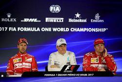 Sebastian Vettel, Ferrari, il poleman Valtteri Bottas, Mercedes AMG F1 e Kimi Raikkonen, Ferrari nel