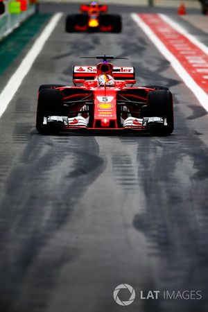 Sebastian Vettel, Ferrari SF70H, Max Verstappen, Red Bull Racing RB13, in de pits