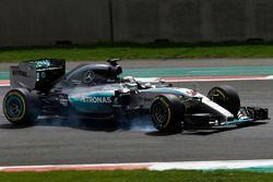 Lewis Hamilton, Mercedes F1 W06, spins
