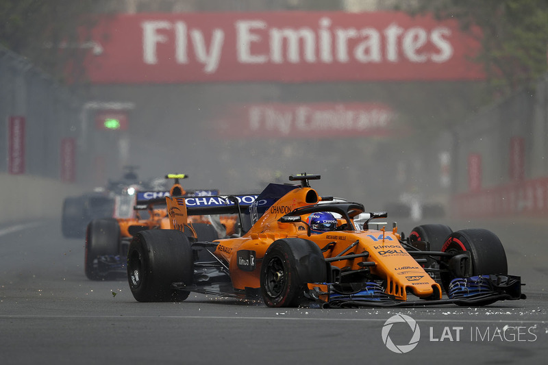 Fernando Alonso, McLaren MCL33 with puncture on lap one