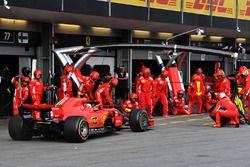 Kimi Raikkonen, Ferrari SF71H, s'arrête au stand